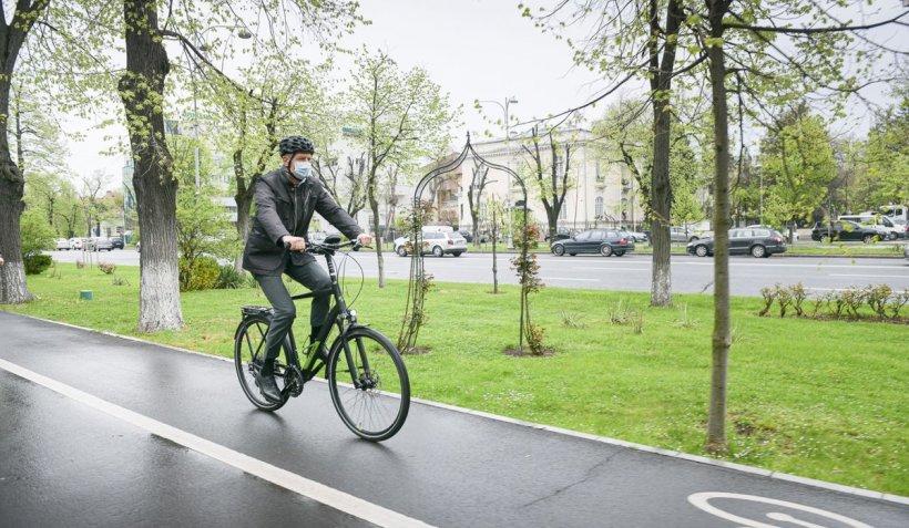 Preşedintele Klaus Iohannis, pe bicicletă prin trafic, spre Cotroceni, de vinerea verde