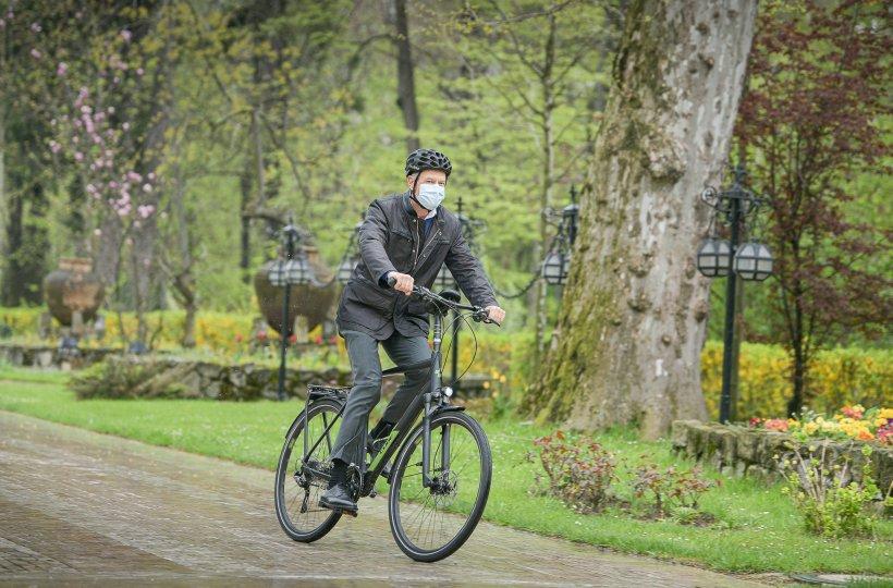 Klaus Iohannis pe bicicletă de 9.000 lei la Cotroceni, în Vinerea Verde