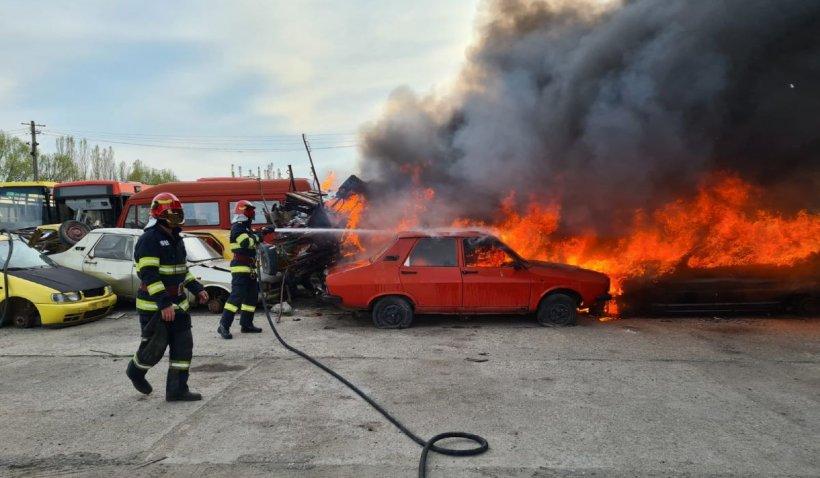 Incendiu uriaş în parcul auto al Regiei de Transport din Craiova. Patru autobuze şi 11 maşini, distruse