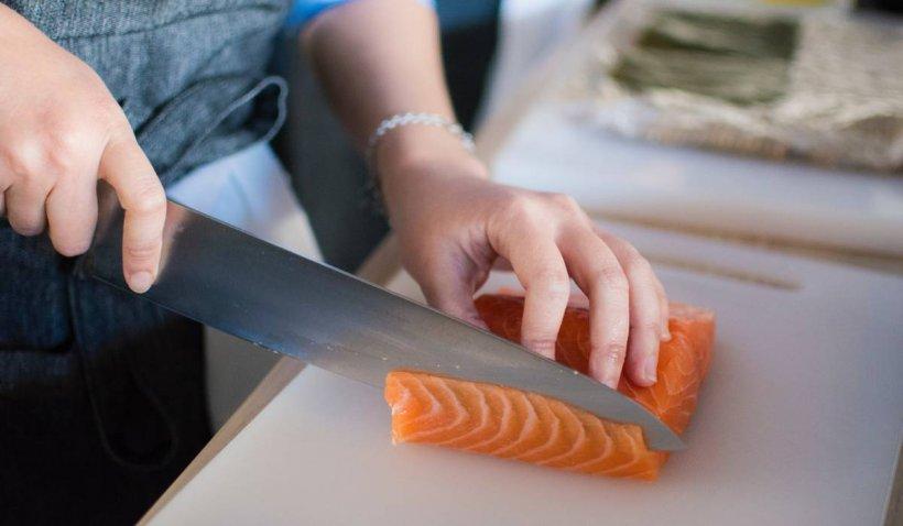 """Recomandări pentru consumul de pește. Dr. Ciuhodaru: """"Este esențială păstrarea la gheață şi prepararea rapidă"""""""