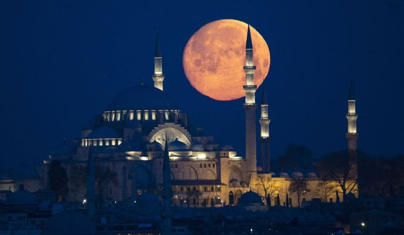 Luna roz, un fenomen astronomic spectaculos, mai poate fi văzută până miercuri dimineaţă