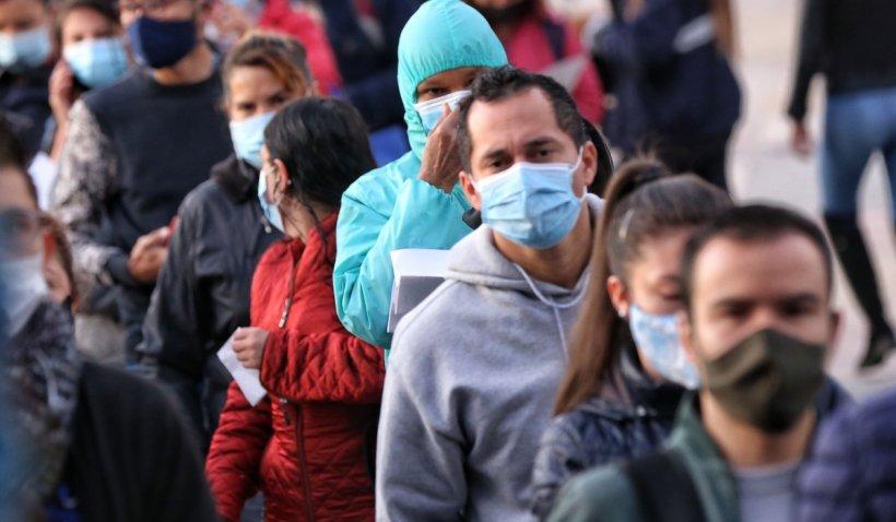 Fost oficial FDA: Distanțarea nu garantează că nu te infectezi cu COVID-19, iar masca nu previne infectarea la interior