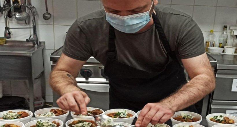 Un bucătar din Bucureşti gătește zeci de porții de mâncare pentru oameni nevoiași și copii din orfelinate, de Paşte
