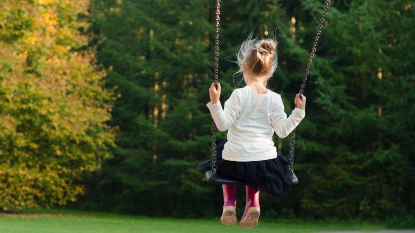O fetiță de 8 ani, la un pas să fie răpită din parc, în Slatina. Autoritățile sunt în alertă