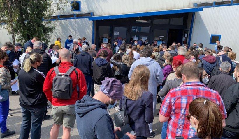 Aglomeraţie de sute de persoane la centrul de vaccinare de la Romexpo, după ce dozele de ser au întârziat