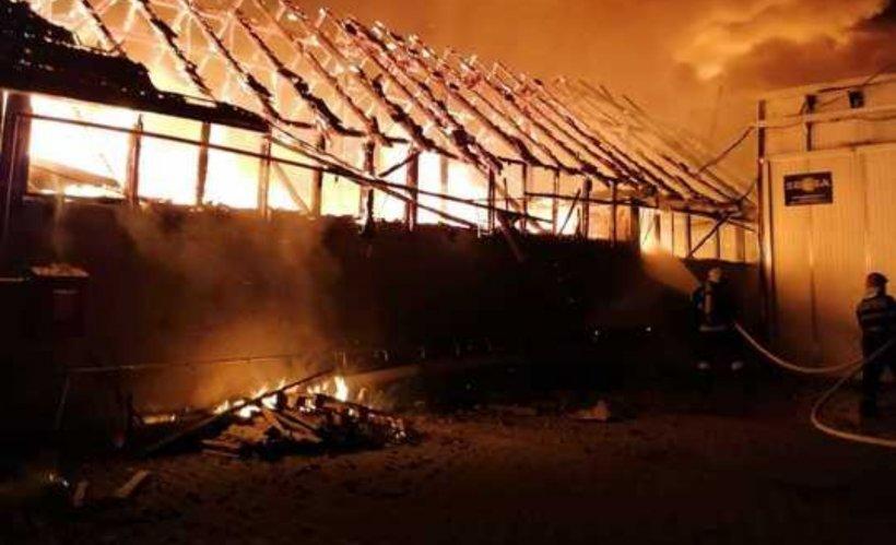 Incendiu violent la o fabrică de mobilă din Reghin. ISU Mureș a cerut sprijin din județele alăturate