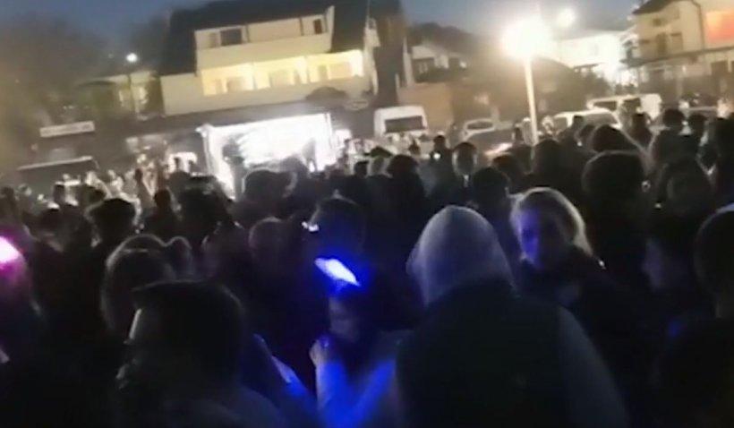 Mii de tineri adunaţi pe plajă în Vama Veche au fost dispersaţi de poliţie