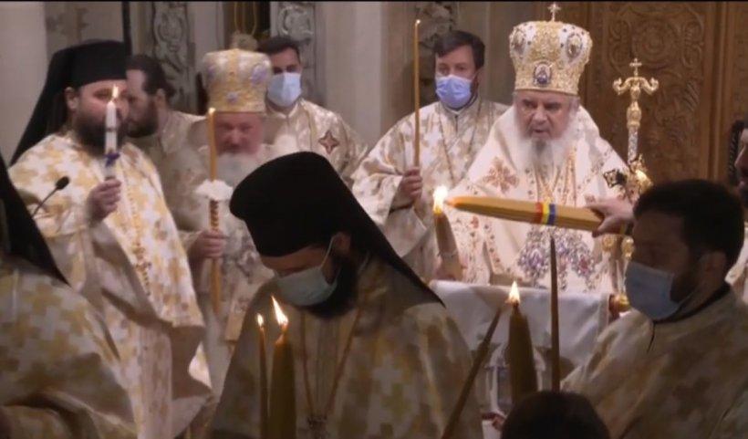 Hristos a înviat! Slujba de înviere la Patriarhie, în prezenţa a câteva sute de credincioşi. La Constanţa, Lumina Sfântă a venit de pe mare