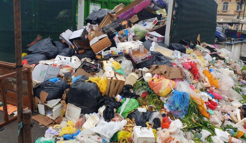 Străzile din Ploiești, pline de gunoaie, după o săptămână în care firma de salubritate n-a mai ridicat deșeurile: Autoritățile vor să declare stare de alertă