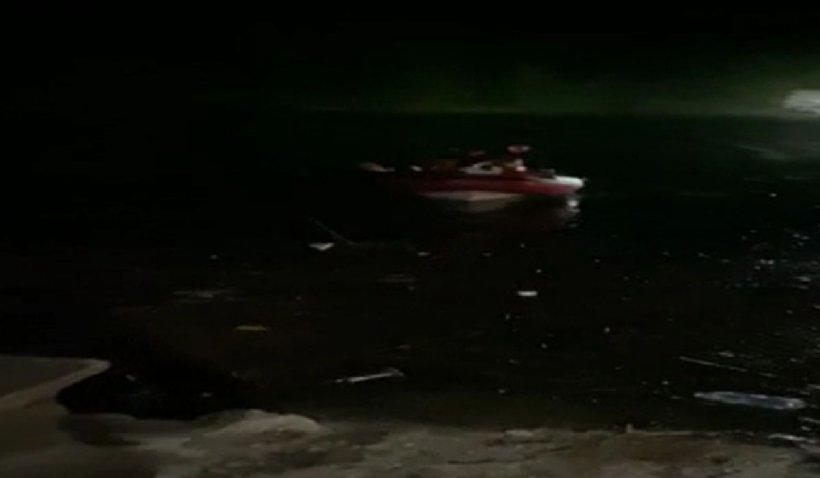 Zece persoane, printre care un copil, aproape de înec după ce barca lor s-a dezumflat pe un lac din Maramureş