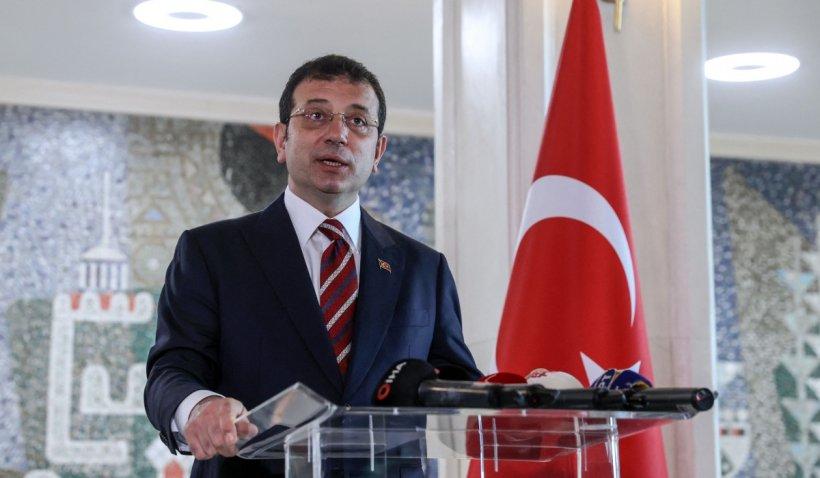 """Primarul din Istanbul, anchetat pentru """"lipsă de respect"""" față de un sultan, după ce a stat cu mâinile la spate într-o vizită la mausoleul acestuia"""