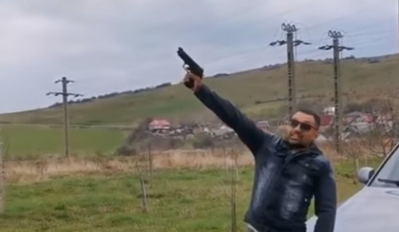 Un individ s-a filmat în timp ce trage cu pistolul, lângă un BMW cu numere de Bistriţa-Năsăud