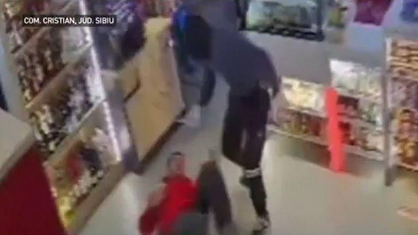 Casier al unei benzinării atacat cu sălbăticie, cu cuțitul, de un bărbat venit la furat. Totul a fost surprins de camerele de supraveghere