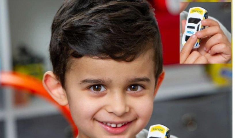 Un copil de 4 ani, cu dificultăţi de vorbire, şi-a salvat mama leşinată sunând la numărul de urgenţă imprimat pe o jucărie