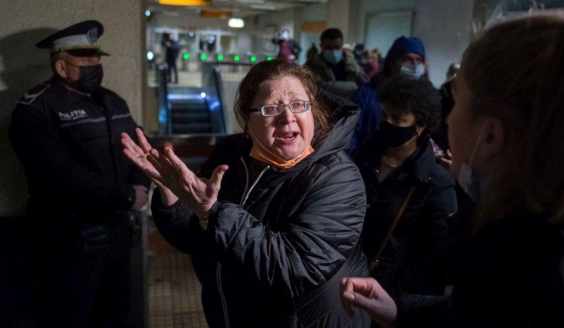 Magazinele de la metrou, demolate cu scandal în miez de noapte