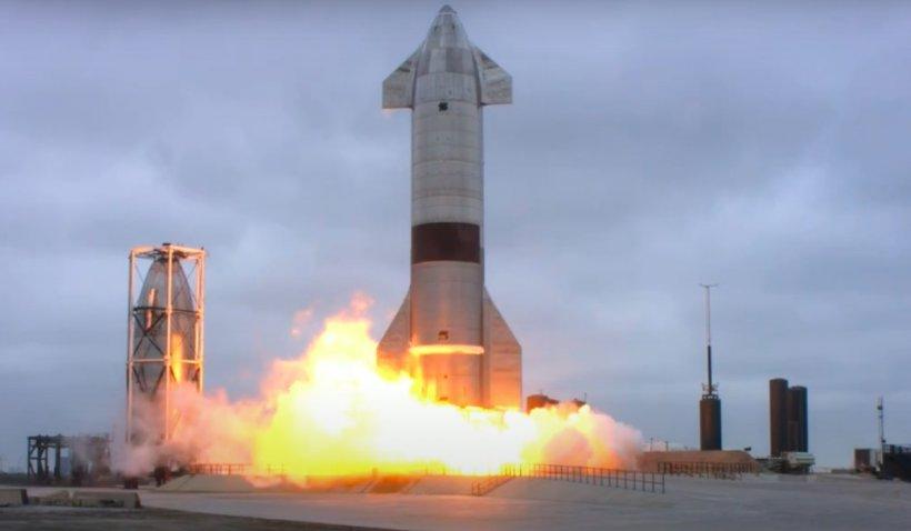 Imagini cu racheta Starship a companiei SpaceX, aterizând cu succes. Este primul test, din cinci, în care nu a mai explodat