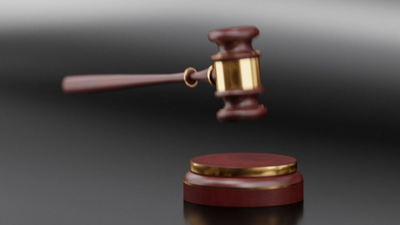 Amanta a dat-o în judecată pe soție pentru că i-a afectat imaginea de soție și mamă pe rețelele sociale. Decizia instanței