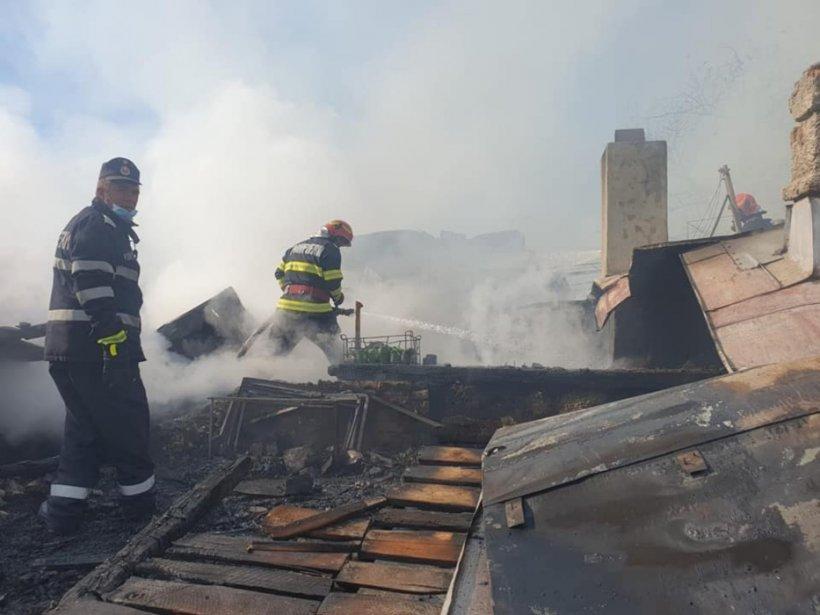 """Pompieri certați de localnici în timpul unei intervenții în Bârlad: """"Dar nu așa se face, domne!"""""""