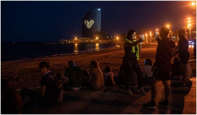 Sute de oameni petrec în Spania după ridicarea restricţiilor