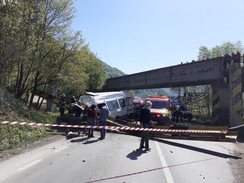 Accident cumplit în Neamț! O grindă de la un pod CFR a căzut peste un microbuz de transport persoane
