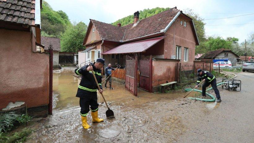 Inundaţii puternice în nordul ţării! 100 de oameni au fost evacuaţi de urgenţă