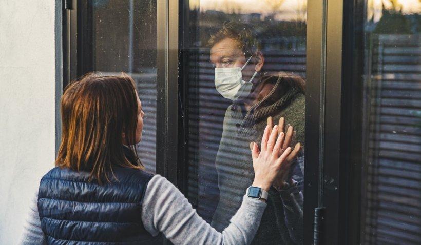 Persoanele vaccinate împotriva COVID-19 pot sta fără mască și distanțare, în interior și în aer liber, anunță autoritățile sanitare din SUA