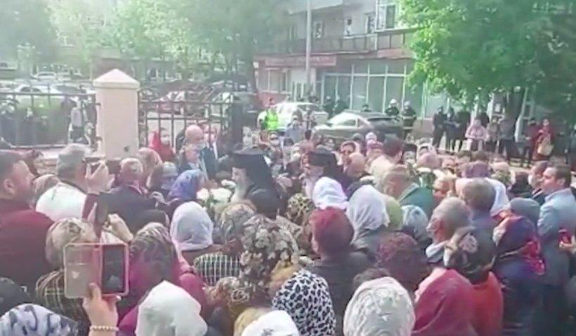 Peste 2000 de oameni s-au înghesuit la o slujbă oficiată de ÎPS Teodosie, în Vaslui