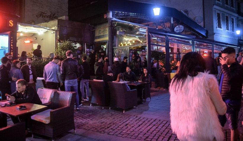 Primele petreceri după relaxarea restricțiilor: Centrul Vechi al Capitalei a fost plin, deși a plouat