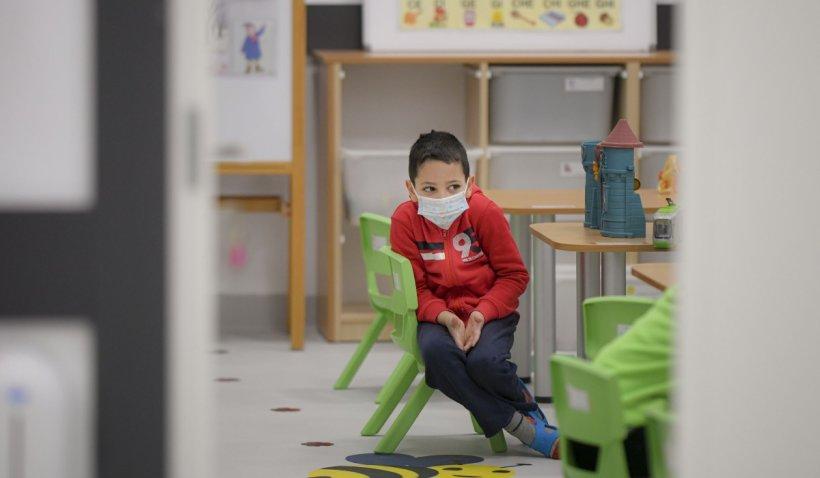 Elev de 8 ani, rănit într-o școală din Capitală, după ce un dulap a căzut pe el: Copilul a ajuns la spital cu traumatism cranian