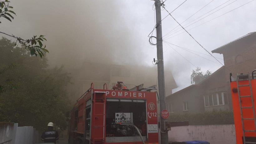 Incendiu la mansarda unui bloc din Popeşti-Leordeni