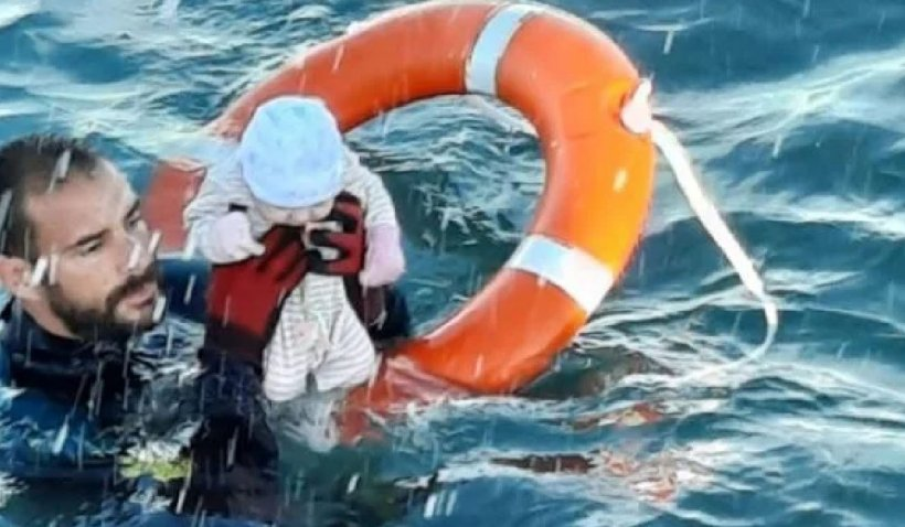 Bebeluș nou-născut salvat de un poliţist spaniol din apele mării la Ceuta