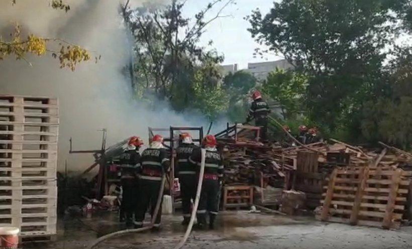 Incendiu la un depozit de paleți din București