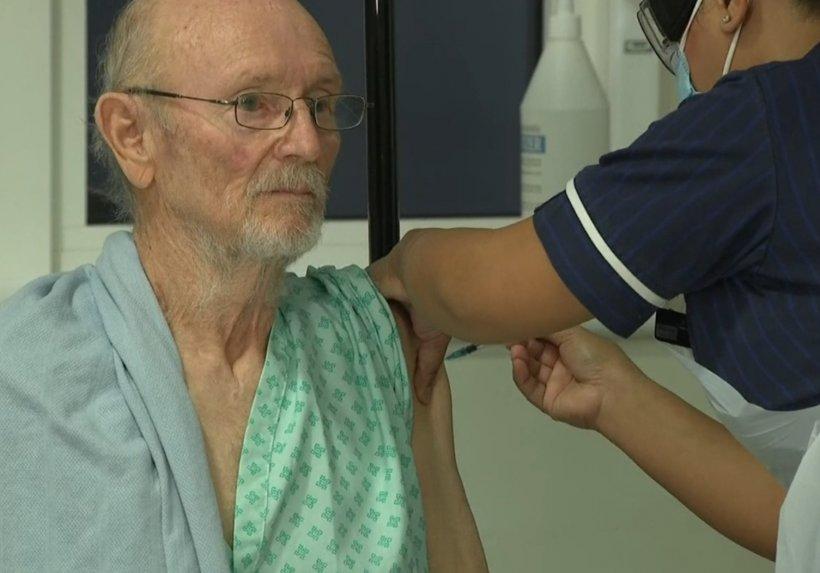 A murit primul bărbat din lume care a fost vaccinat anti-COVID
