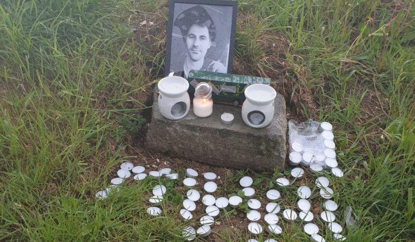Altar de lumânări pentru Mihai, în parcarea în care a fost omorât cu o sabie, în Franţa
