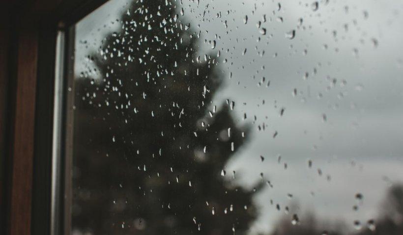 Avertizare meteo ANM de furtuni, descărcări eletrice şi ploi torenţiale în aproape toată țara