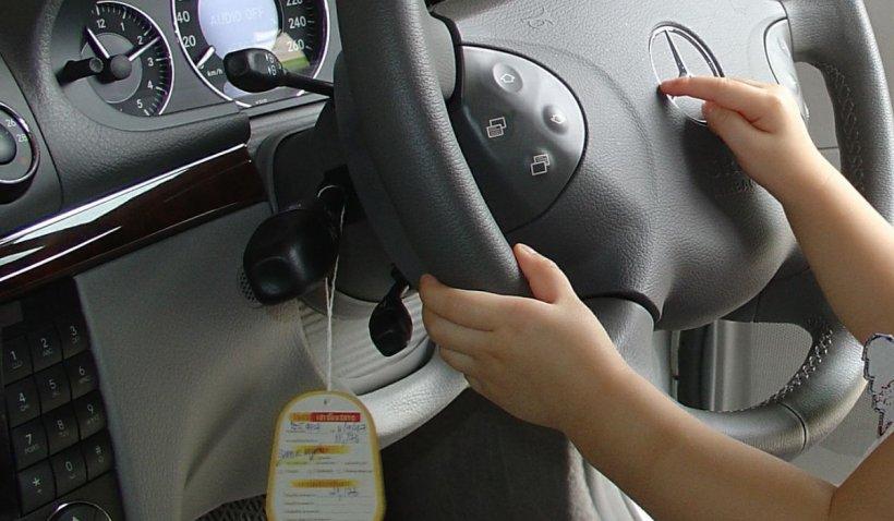 Un copil de 2 ani s-a urcat la volanul mașinii părinților și a făcut accident, în Germania