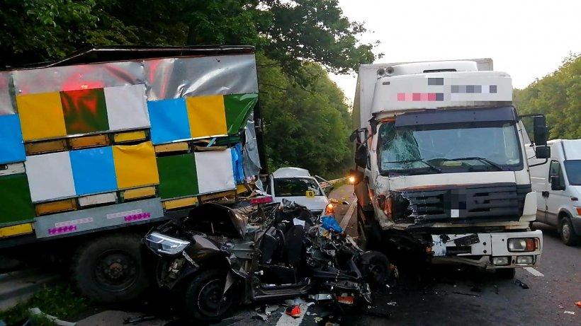 O persoană a murit şi alta e grav rănită, după ce un camion apicol s-a ciocnit cu un autocamion