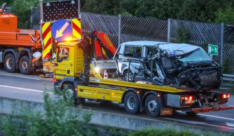 Doi români morţi într-un microbuz strivit de un camion, după un accident pe o autostradă în Austria
