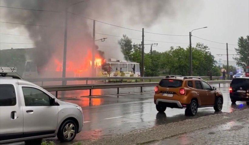 Un tramvai lovit de fulger a luat foc în mers, în Craiova