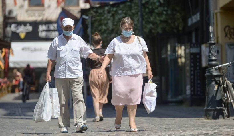 Cu ce obiceiuri au rămas românii, după pandemie. 58% vor continua să poarte mască