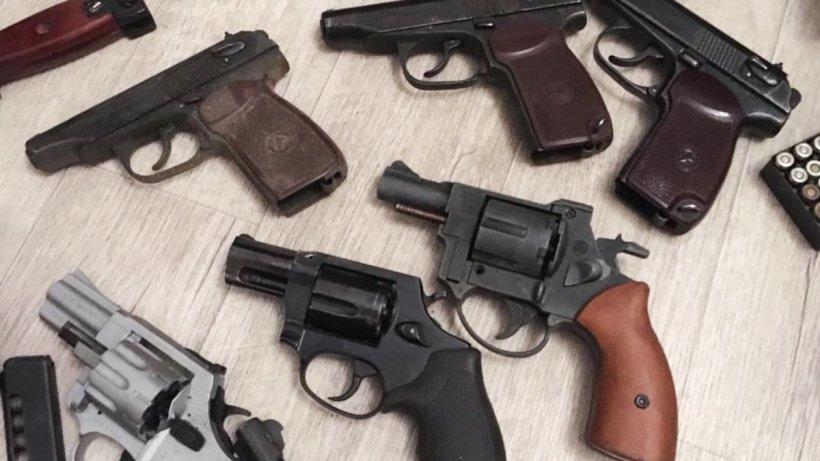 Și-a împușcat vecinul în gât, însă judecătorii i-au dat armele înapoi