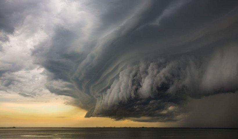 Avertizare meteo de furtuni şi ploi torenţiale. Cod portocaliu emis de ANM pentru următoarele 24 de ore