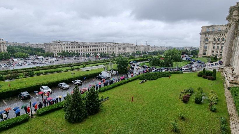 Peste 4.000 de copii au stat în ploaie ca să viziteze biroul lui Orban și Palatul Parlamentului
