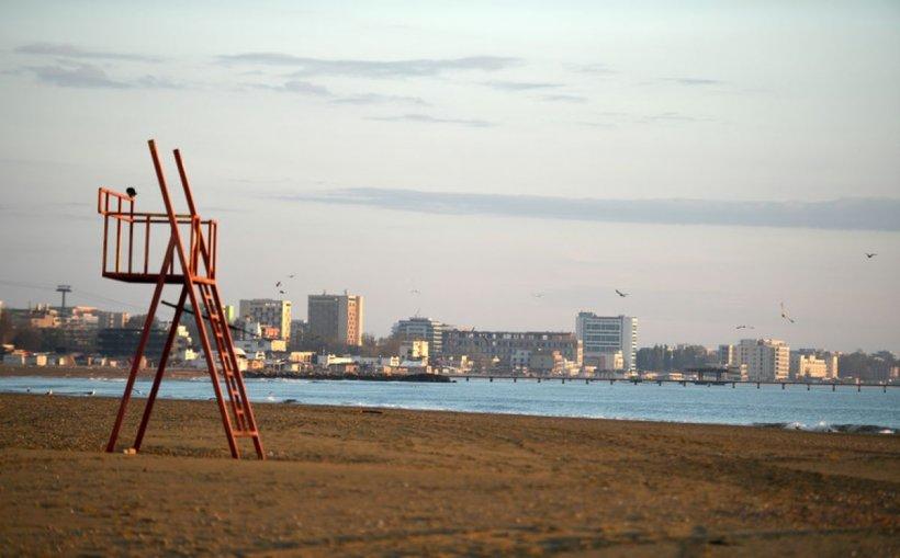 Noile reguli pentru plaje: distanța de 2 metri între șezlonguri, vânzarea produselor neambalate, interzisă