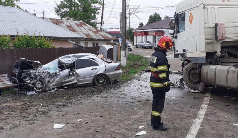 Pericol de explozie între Bârlad şi Huşi, după ce o cisternă cu motorină a spulberat un Mercedes condus de o fată de 18 ani