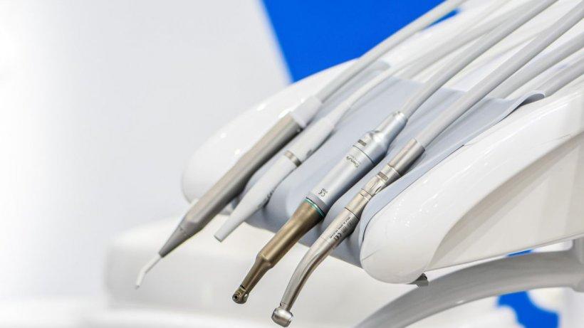 """Implantul dentar modern, o terapie fără durere și cu vindecare rapidă. Medic: """"Nu folosim bisturiu și nu există sângerare!"""""""