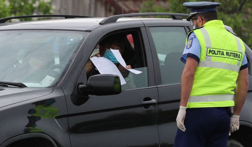 Un șofer și iubita lui, încătușați în mijlocul străzii după ce au încercat să mituiască un polițist rutier, în Alexandria