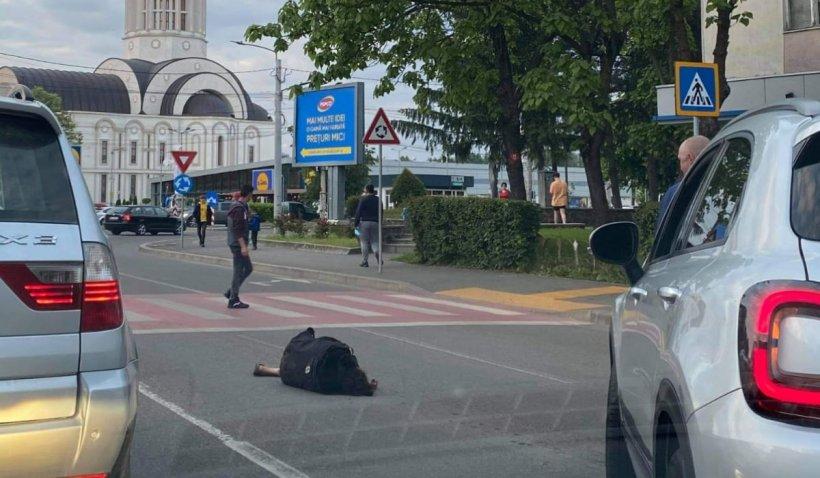 O femeie din Satu Mare a căzut pe o stradă, iar oamenii au trecut nepăsători pe lângă ea