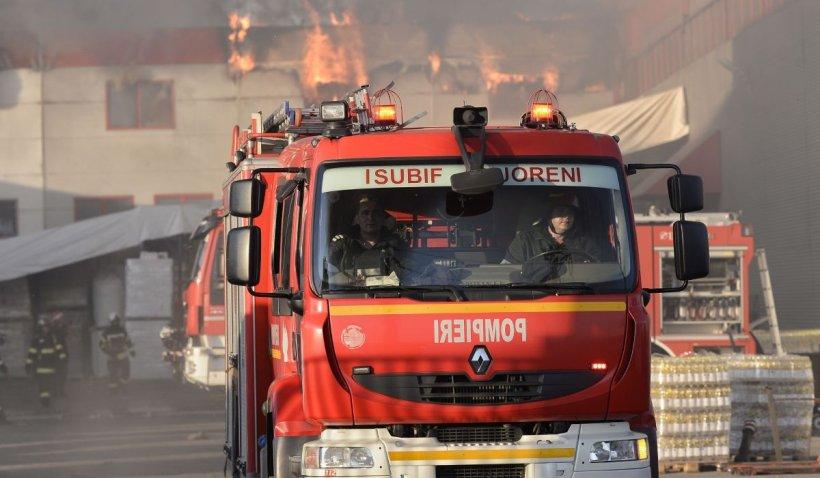 Incendiu uriaş la un centru de deşeuri din Bucureşti. Zece maşini de pompieri, la faţa locului