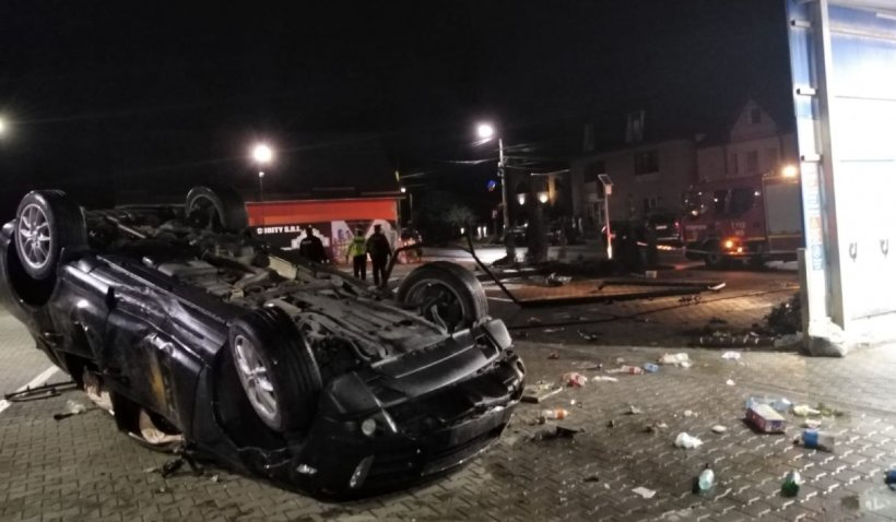 Un şofer din Mureş a distrus o maşină şi o spălătorie auto într-un accident în Luduş, la peste 100 km/h
